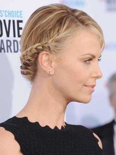 Fã de penteados românticos, a atriz Charlize Theron aposta no coque com trança para ficar ainda mais deslumbrante