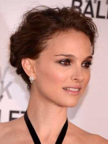 Natalie Portman não dispensa um coque podrinho até nos eventos mais formais