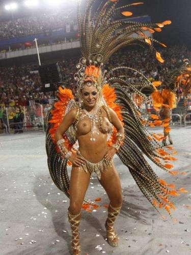 Nenê de Vila Matilde durante desfile no Anhembi