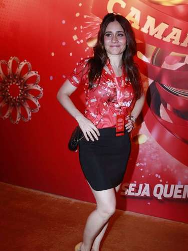 Atriz Alessandra Negrini foi acompanhar de perto as escolas de samba cariocas