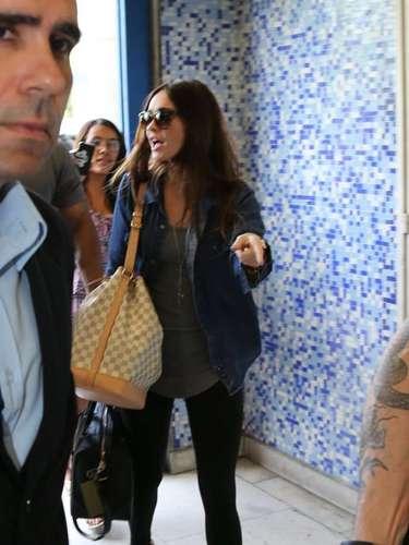 A atriz chegou ao local conversando com seus assessores e seguranças
