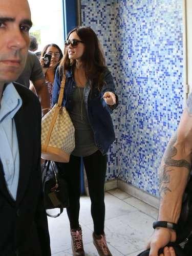 Megan Fox embarcou no aeroporto Santos Dumont, no Rio de Janeiro, nesta terça-feira (12)