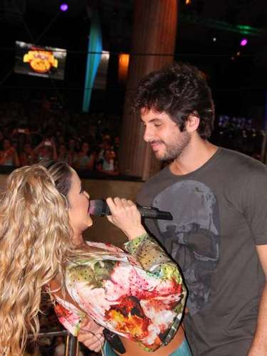 Claudia Leitte beija o marido Márico durante a passagem do bloco Broder/Largadinho nesta terça-feira (12)