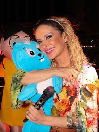 Claudia Leitte abraça Sansão, coelhinho de pelúcia da personagem Mônica