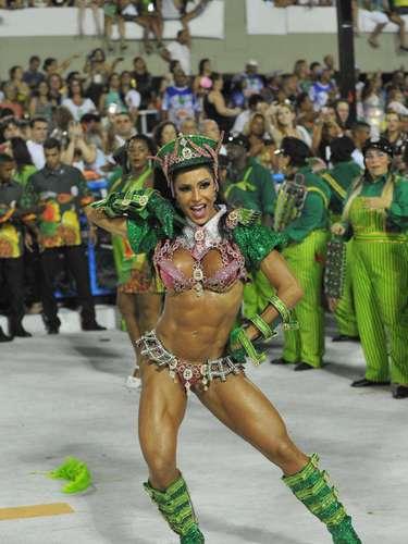 Gracyanne Barbosa sai como rainha de bateria da Mangueira