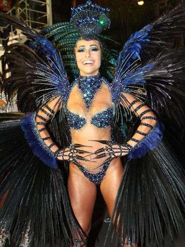 Como em outros carnavais, Sabrina Sato desfila no Rio e em São Paulo. Essa fantasia foi para entrar na Sapucaí como madrinha da bateria da Vila Isabel, campeã do Carnaval 2013