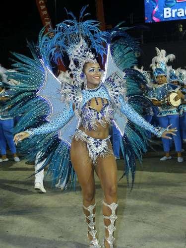 Raphaela Nascimento mostrou boa forma e samba no pé no desfile da Tradição, em São Paulo