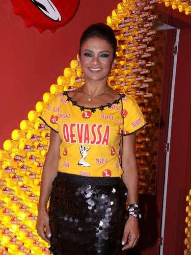 Dira Paes estava radiante no desfile da Imperatriz Leopoldinense, mas também marcou presença em um camarote no Rio