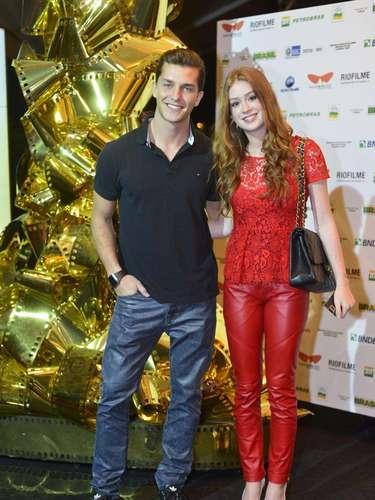Marina Ruy Barbosa combina calça de couro vermelha com blusa de renda, mostrando que misturas de peças chamativas podem criar visual casual