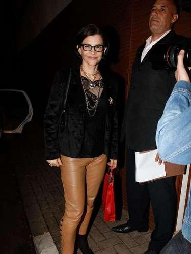 A cantora Marina combina calça de couro bege com fechamento na lateral e opta por complementos pretos