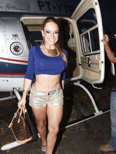 Jessica Lopes, a Peladona de Congonhas, chega para o carnaval de helicóptero. A modelo tirou adereço que cobria parte dos seios e resolveu fazer jus ao apelido.