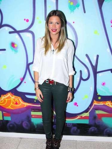 A blogueira Helena Bordon usa calça de couro verde com camisa branca mais soltinha e combina acessórios de diferentes texturas, incrementando o look