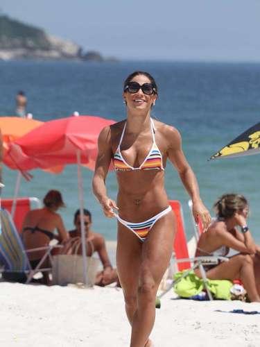 Mayra Cardi aproveitou o sol forte para desfilar de biquíni na praia