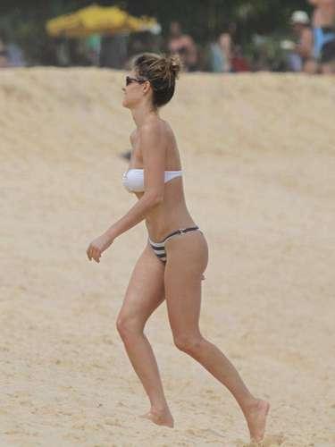 Fernanda Lima mostrou suas silhuetas na praia