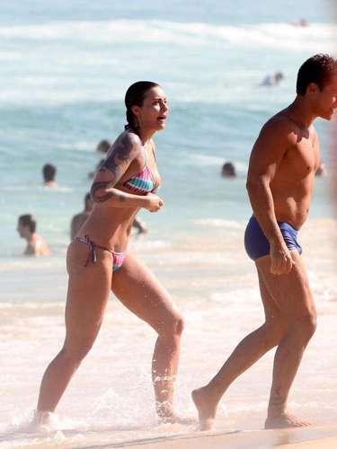 Rafaela Fisher, filha de Vera Fisher, foi clicada curtindo a praia de Ipanema