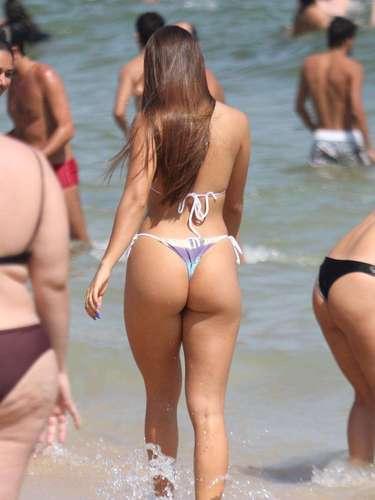 Carolina Portaluppi, filha de Renato Gaúcho, desfilou de fio-dental na praia de Ipanema