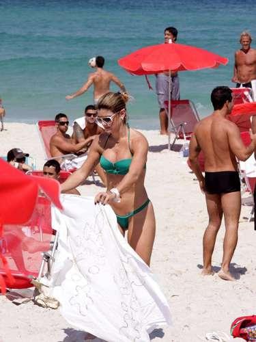 Mirella Santos mostrou boa forma usando um biquíni verde