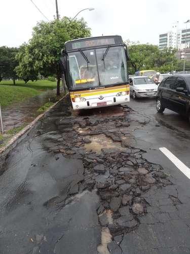 Com a força da chuva, asfalto foi arrancado na avenida Doutor Nilo Peçanha