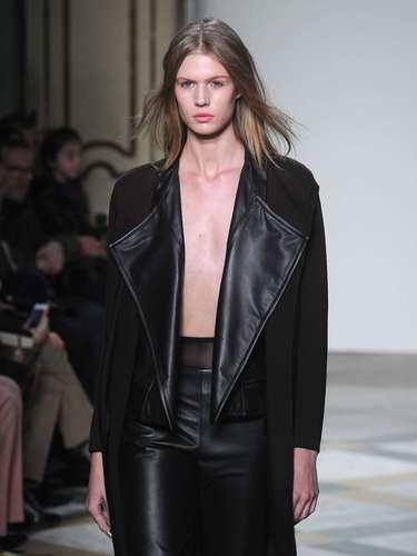 A Jo No Fui levou conjunto de calça e casaco com detalhes em couro