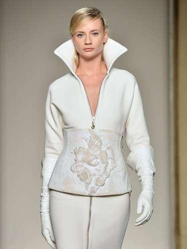 Conjunto de saia e casaco brancos com ar futurista também fez parte da coleção