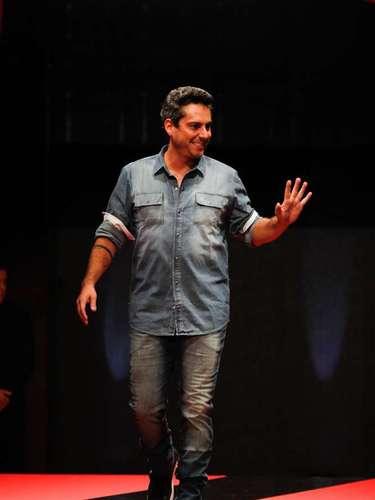 O ator desfilou com camisa de jeans combinada com calça também jeans, mas de outro tom