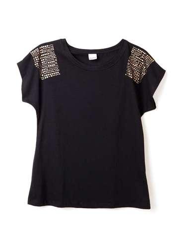 Blusa preta com detalhes nos ombros, da Marisa. Preço: R$ 39,99.Informações: 4004-2211 (capitais) e 0800-7281122 (outras localidades)