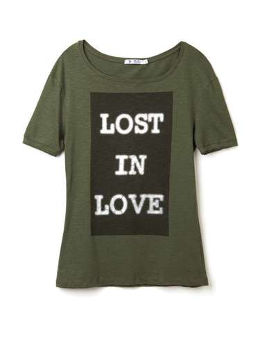 Camiseta na cor verde-militar com frase, da Marisa. Preço: R$ 19,99. Informações: 4004-2211 (capitais) e 0800-7281122 (outras localidades)