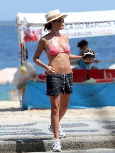Fevereiro 2013 -A atriz Carolina Ferraz foi clicada caminhando com o namorado, o médico Marcelo Marins, em calçadão de praia no Rio de Janeiro, na tarde desta segunda-feira (25)