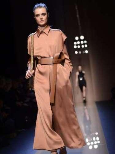 Vestidos que pareciam uma mistura entre trench coat e camisa valorizaram a silhueta feminina com cinto pouco discreto