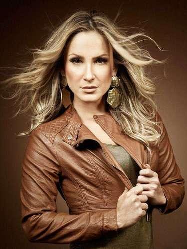 Claudia posa com jaqueta de couro camelo