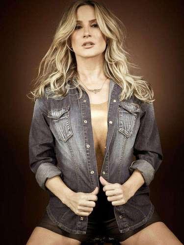 Sexy, a cantora mostra look com camisa jeans