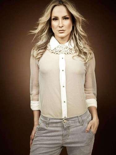 Camisa branca em estilo mais comportado também foi apareceu nos looks exibidos por Claudia