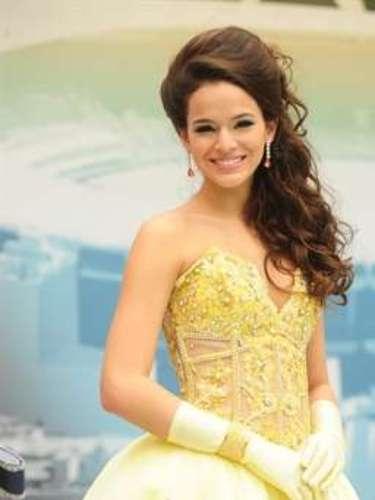 A atriz caracterizada como a personagem Belezinha, de 'Aquele Beijo'