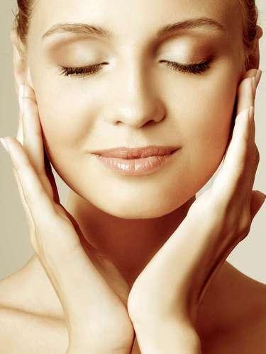 Composto por água, sal, açúcar e cloreto de sódio, o soro em contato com a pele dá a sensação de maciez e aspecto aveludado