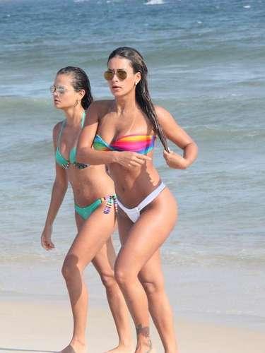 Março 2013 -Lucilene Caetano, rainha de bateria da Unidos da Tijuca, aproveitou o sábado (9) ensolarado na praia da Barra da Tijuca, no Rio de Janeiro. Acompanhada de uma amiga, ela mostrou estar em forma com um biquíni tomara-que-caia. Lucilene se banhou no mar e se bronzeou