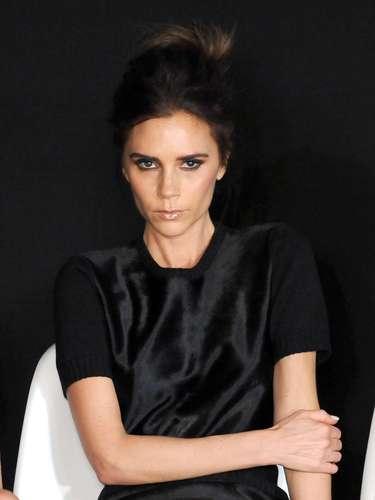 A revista elegeu tambéma cantora a estilista Victoria Beckham entre as 25 mais bem-vestidas
