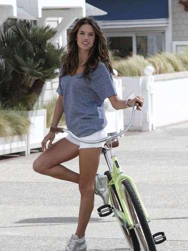 Aos 31 anos, a top brasileira posou para o catálogo de verão da grife com shortinhos esneakers