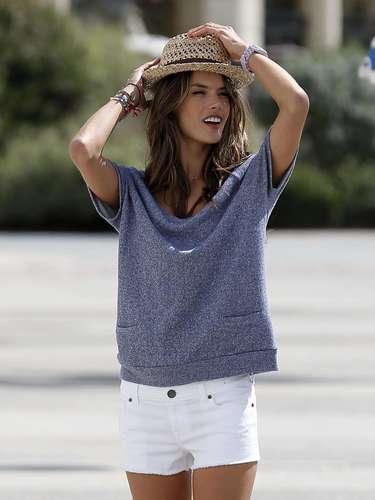 Alessandra Ambrosio mostrou boa forma para mais uma campanha da Victoria's Secret