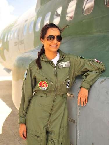 Devido à profissão, a capitã Isabel (Thaíssa Carvalho), da aeronáutica brasileira, aparece uniformizada
