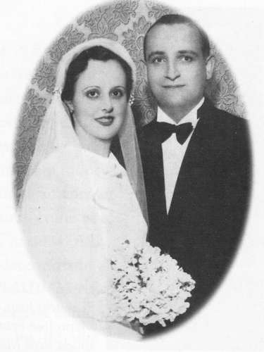 Em foto de 12 de dezembro de 1935, os italianos Regina Maria Sivori e José Mario Bergoglio, pais do novo papa, posam para a foto do seu casamento