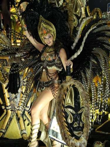 BrunaMarquezine em desfile da Grande de Rio, em 2012