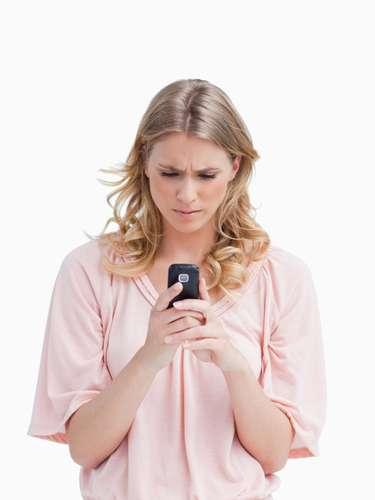 1. Ligar ou mandar mensagens repetidamente Todo mundo tem bom senso suficiente para identificar quando uma pessoa quer ou não falar com você. Uma vez que você sabe que ele está bem, com saúde e não está em perigo, não há motivos para continuar ligando repetidamente