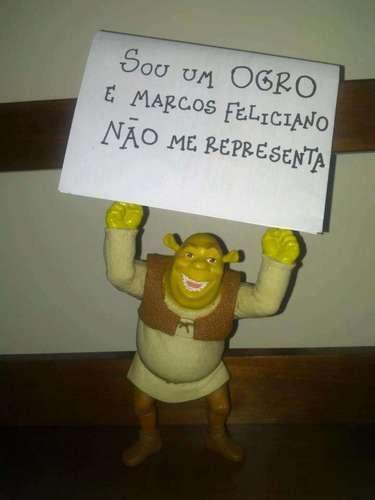 Um boneco do personagem Shrek, do filme de mesmo nome, também foi utilizado pelo movimento criado na internet
