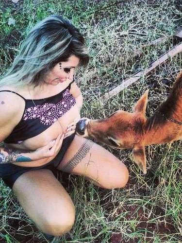 """Sabrina Boing Boing foi fotografada comum bezerro e postou as imagens em sua rede social. Nas legendas, ela escreveu: """"teste feito com mamíferos, até agora todos querem mamar. Louca não! Apenas feliz, aprendendo a aproveitar o que a vida tem de simples e bom. Amo os animais""""."""