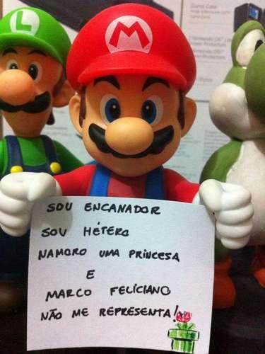 Outra imagem bem humorada mostra um boneco do personagem Mario protestando contra o deputado