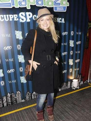 Luciana Vendramini usou um sobretudo para espantar o frio de São Paulo na noite do segundo dia de Lollapalooza, neste sábado (30)