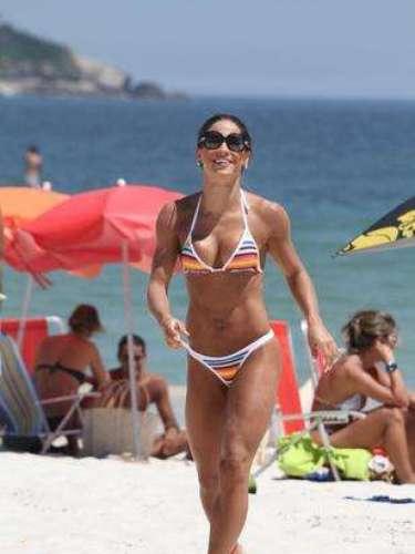 Conjunto com listras coloridas foi opção de Mayra Cardi para curtir a praia no último verão