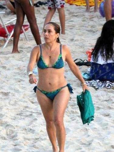 A atriz Cissa Guimarães mostra biquíni com amarração lateral e sutiã com alças: para todas as idades