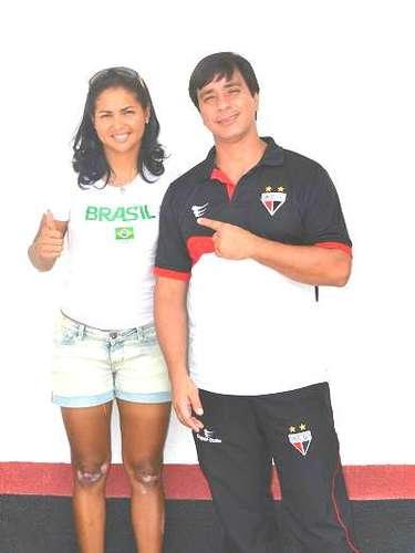 Clemilda posa com Robson Porto, fisioterapeuta atleticano