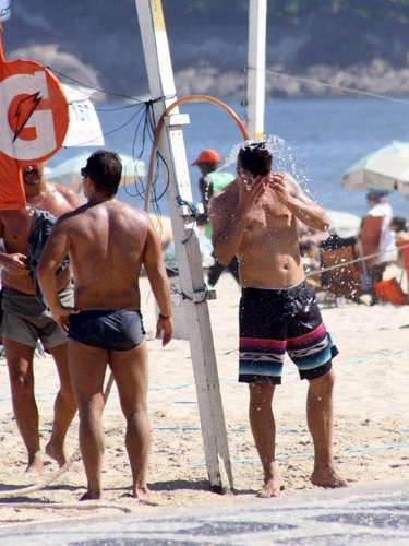 Fernanda Lima, Rodrigo Hilbert e os filhos gêmeos do casal se divertiram na praia do Leblon neste sábado (6). A família brincou na areia e depois entrou no mar para se refrescar. Rodrigo também aproveitou para jogar vôlei